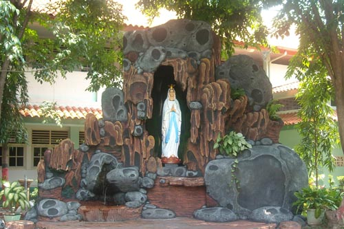 Goa Maria di halaman SMAK MD Probolinggo merupan wujub nyata keperdulian IAMDP.