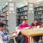 membaca di perpustakaan