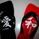 Sandal beda warna
