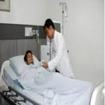 dokter memeriksa pasien