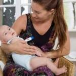 ibu cantik menggendong bayi