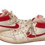sepasang sepatu bekas