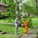 biksu dengan pakaian dekil