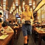 rumah-makan-di-china-ini-mengharuskan-pegawainya-pakai-bikini-lelaki