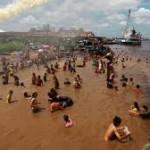 warga Tionghoa berbondong mandi di pinggiran sungai Kapuas