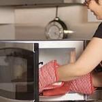 Memanaskan air dengan microwave