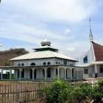 Minahasa Masjid dan Gereja di halaman yang sama