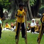 8-permainan tradisional Jawa Barat - Egrang