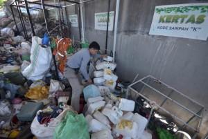 petugas-bank-sampah-pusat-kota-makassar-menata-barang-bekas