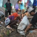 aktivis-gusdurian-gatot-arifianto-dan-santri-bpun-membersihkan-sampah