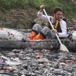 Remaja Prancis menyusuri sungai terkotor