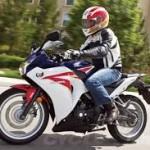naik motor pakai helm