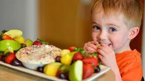 anak makan buah dan sayuran