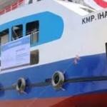 Kapal Penumpang Ihan meluncur di Danau Toba