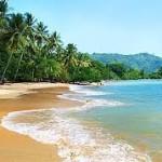 keindahan pantai pasir putih karanggongso