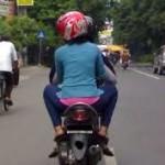 suami istri berboncengan motor