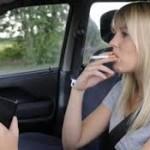merokok sambil menyetir mobil