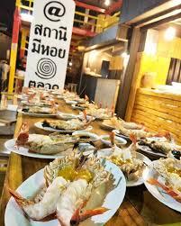 Pelayan Restoran Seafood Thailand