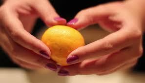 memeras jeruk dengan genggaman