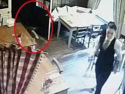 Pelayan Restoran Ini Bersihkan Meja Ditemani Hantu