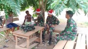 Bertopi Santa Claus Prajurit Kostrad Memberi Layanan Kesehatan Keliling