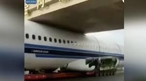 Pesawat Diangkut Truk Terjebak Di Bawah Jembatan