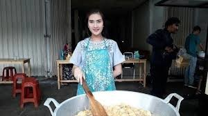 Amanda Penjual Tahu Kriuk Di Dekat Stasiun MRT Yang Viral