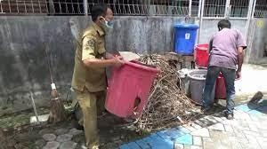 Gresik Kepala Desa Rutin Membersihkan Sampah Dan Tak Punya Ruma