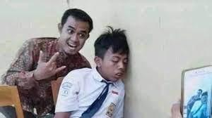 Reaksi Kocak Ketika Muridnya Ketiduran Di Kelas